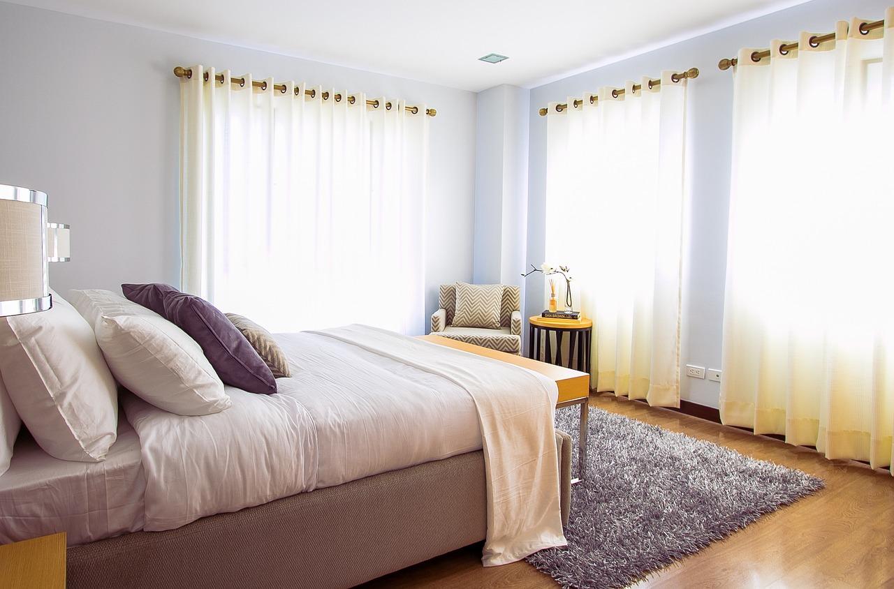 Łóżko sosnowe – do jakich wnętrz pasuje?