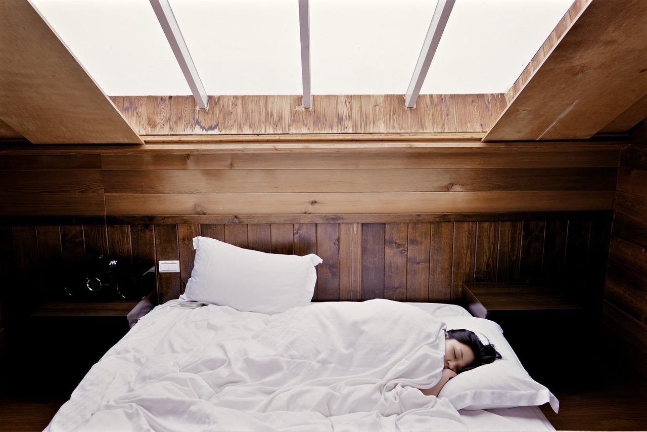 Co brać pod uwagę przy zakupie łóżka sosnowego na wymiar?